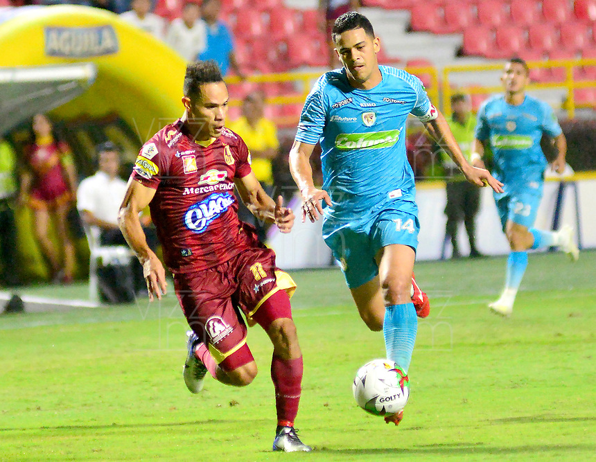 IBAGUE - COLOMBIA, 26-08-2019: Anderson Plata del Tolima disputa el balón con Yulian Anchico del Jaguares durante partido entre Deportes Tolima y Jaguares de Córdoba por la fecha 8 de la Liga Águila II 2019 jugado en el estadio Manuel Murillo Toro de la ciudad de Ibagué. / Anderson Plata of Tolima struggles the ball with Yulian Anchico of Jaguares during match between Deportes Tolima and Jaguares de Cordoba for the date 8 as part of Aguila League II 2019 played at Manuel Murillo Toro stadium in Ibague. Photo: VizzorImage / Juan Carlos Escobar / Cont