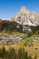 Italy, South Tyrol (Trentino-Alto Adige), Dolomites, Corvara in Badia with summit Sassongher | Italien, Suedtirol (Trentino-Alto Adige), Dolomiten, Corvara mit dem Sassongher