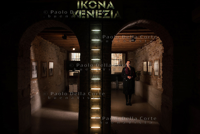 Venezia - La gallerista Ziva Krauss nella sua galleria fotografica Ikona. Espone opere dei maggiori fotografi contemporanei.
