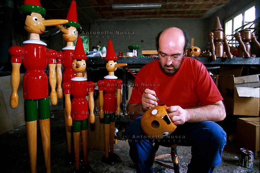 Mauro Dolci, uno degli ultimi artigiani che ancora crea pupazzi di Pinocchio di ogni dimensione interamente a mano.