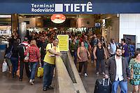 SAO PAULO, 28 DE MARCO DE 2013 - MOVIMENTACAO RODOVIARIA TIETE - Movimentação de passageiros na Rodoviaria do Tiete, região norte da capital, na manha desta quinta feira, 28, vespera de feriado de Pascoa. (FOTO: ALEXANDRE MOREIRA / BRAZIL PHOTO PRESS)