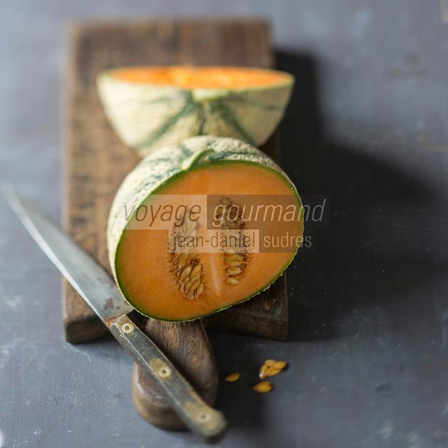 France, Provence-Alpes-Côte d'Azur, Vaucluse, Luberon, Cavaillon: Melon brodé de Cavaillon  // France, Provence-Alpes-Côte d'Azur, Vaucluse, Luberon, Cavaillon: Cavaillon melon <br /> - Stylisme : Valérie LHOMME