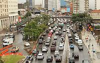 SAO PAULO, SP, 07 MARCO 2013 - TRANSITO EM SAO PAULO - Apos forte chuva o transito encontra-se com rentencao nesse inicio de tarde na av  Prestes Maia em direcao a zona norte na altura do viaduto da Santa Efigenia na regiao central da capital  nessa quinta 07. (FOTO: LEVY RIBEIRO / BRAZIL PHOTO PRESS)