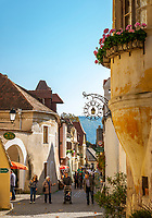 Oesterreich, Niederoesterreich, Kulturlandschaft Wachau - UNESCO Weltkultur- und Naturerbe, Duernstein: Altstadtgasse mit Weinlokalen und Andenkenlaeden | Austria, Lower Austria, Wachau Cultural Landscape - UNESCO World's Cultural and Natural Heritage, Duernstein: old town lane with wine taverns and souvenirshops
