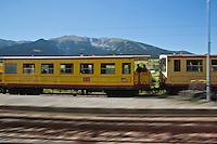 Europe/France/Languedoc-Roussillon/66/Pyrénées-Orientales/Cerdagne:Mont-Louis: le Train jaune de Cerdagne appelé le Train Jaune ou le Canari, car les véhicules arborent les couleurs catalanes, le jaune et le rouge. En fond le  sommet du Cambre d'Aze (2750m)