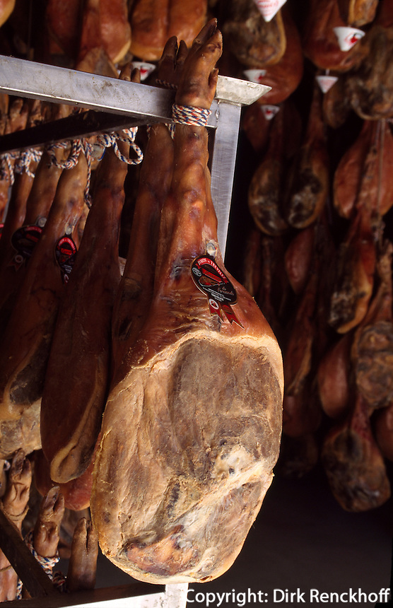 Spanien, Andalusien, Luftgetrockneter Schinken (jamon serrano) in den Trockenhallen des Bergdorfes Trevelez in der Provinz Granada
