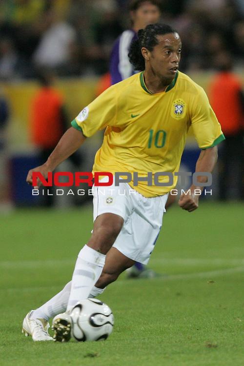 FIFA WM 2006 -  Gruppe F Vorrunde ( Group AF)<br /> Play   #43 (22-Jun) - Japan vs Brasilien 1:4<br /> <br /> Ronaldinho von Brasilien in Einzel Aktion.<br /> Ronaldinho treibt den Ball nach vorne.<br /> <br /> Foto &copy; nordphoto