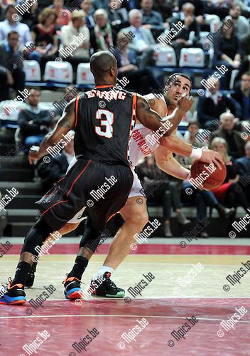 2014-12-02 / Basketbal / seizoen 2014-2015 / Antwer Giants - Le Mans / Roel Moors wordt vast gezet door Ewing van Le Mans<br /><br />Foto: mpics.be