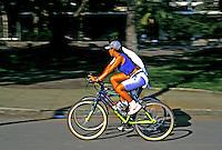 Passeio de bicicleta no Parque do Ibirapuera. São Paulo. 1999. Foto de Juca Martins.