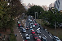 SÃO PAULO - SP - 12,08,2014 - TRÂNSITO CAPITAL/SP - O motorista encontra lentidão na 23 de Maio sentido Santana . Região sul da cidade de São Paulo,nessa terça-feira,12 (Foto:Kevin David/Brazil Photo Pres)