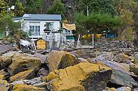 Europe/France/Normandie/Basse-Normandie/50/Baie du Mont-Saint-Michel/ Saint-Jean-le-Thomas: Cabane de pêcheur sous les falaises de   Champeaux: //   France, Manche, Mont Saint Michel bay, Saint-Jean-le-Thomas:  beach Hut
