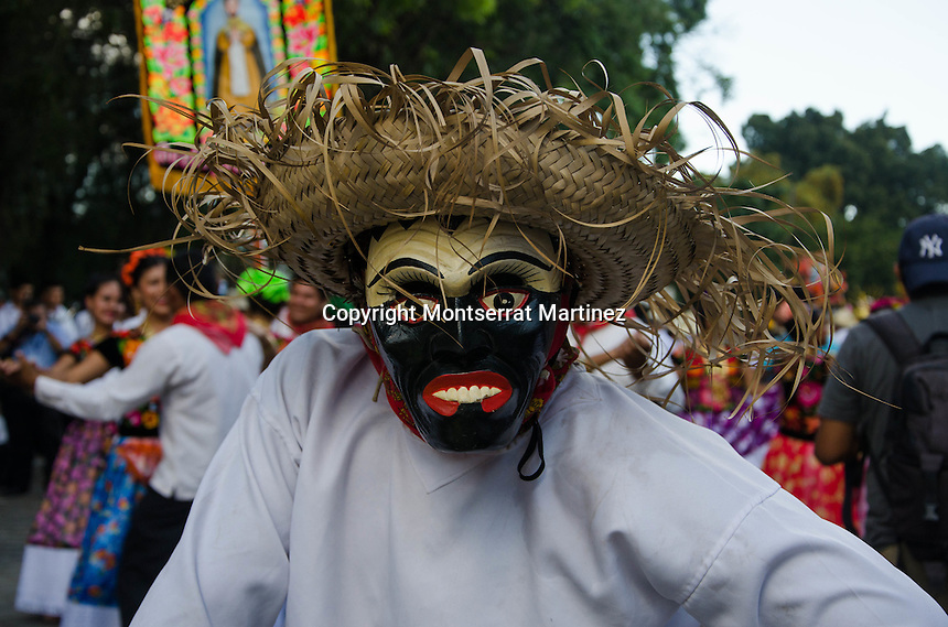 Oaxaca de Ju&aacute;rez, Oaxaca. En el marco de las festividades de la Guelaguetza, se llev&oacute; a cabo en las principales calles del  Centro Hist&oacute;rico de Oaxaca el &ldquo;Desfile de Delegaciones&rdquo; pertenecientes a las ocho regiones de este estado.<br /> <br />  <br /> <br /> En este evento, m&aacute;s de mil j&oacute;venes ataviados de sus trajes regionales desfilaron y bailaron sones t&iacute;picos de su regi&oacute;n, destacando las delegaciones de Ciudad Ixtepec, El Espinal, San Pedro Comitancillo, San Juan Bautista Tuxtepec, Chinas Oaxaque&ntilde;as, Miahuatl&aacute;n de Porfirio D&iacute;az, Villa de Zaachila, entre otras.<br /> <br />  <br /> <br /> Cabe destacar que la edici&oacute;n n&uacute;mero 82 de la Guelaguetza &ndash;tambi&eacute;n conocida como el Lunes del Cerro- se llevar&aacute; a cabo los lunes 21 y 28 de julio, con cuatro funciones en el Auditorio Guelaguetza del Cerro del Fort&iacute;n.<br /> <br /> <br /> Foto: Montserrat Mart&iacute;nez / Obture.
