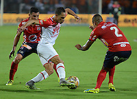 MEDELLIN - COLOMBIA -26-11-2016: Luis Arias (Izq.) y Hernan Pertuz (Der.) jugadores de Deportivo Independiente Medellin disputan el balon con Anderson Plata (Cent.) jugador de Independiente Santa Fe, durante partido por los cuartos de final entre Deportivo Independiente Medellin e Independiente Santa Fe, de la Liga Aguila II 2016, en el estadio Atanasio Girardot de la ciudad de Medellin. / Luis Arias (L) and Hernan Pertuz (R) players of Deportivo Independiente Medellin fight for the ball with Anderson Plata (C) player of Independiente Santa Fe, during a match for the quarterfinals between Deportivo Independiente Medellin and Independiente Santa Fe, of the Liga Aguila II 2016 at the Atanasio Girardot stadium in Medellin city. Photos: VizzorImage  / Leon Monsalve / Cont.