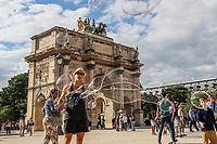 """PARIS, FRANCA, 15.06.2019 - TURISMO-FRANCA - OArco do Triunfodo Carrossel(emfrancêsArc de Triomphe du Carrousel) é ummonumentodatando de1809, construído porNapoleão I(Napoleão Bonaparte). Existem entradas sobre cada uma de suas quatro faces. Está situado no1º arrondissement de Paris,França. Localiza-se naPraça do Carrossel, à oeste doMuseu do Louvre. Edificado em homenagem aoGrande ExércitodeNapoleão Bonaparteentre 1807 e 1809, o monumento está localizado diante do Louvre, sobre a esplanada que precedia a ala doPalácio das Tulherias (antes que o palácio fosse queimado, em1871). Celebrando a vitória dos exércitos franceses naBatalha de Austerlitz, o Arco do Triunfo, desenhado porCharles PercierePierre-François-Léonard Fontaine, ilustra a campanha de 1805 e a capitulação deUlmem 1807. Ele faz explicitamente referência aosArcos do TriunfodoImpério Romanoe, notadamente, aoArco di Settimio SeveroemRoma. Os temas dosbaixos-relevosilustrando as batalhas foram escolhidos pelo diretor do Museu Napoleão (situado à época noPalácio do Louvre),Vivant Denon, e desenhados porCharles Meynier.<br /> Aquadriga, coroando o arco, é cópia dosCavalos de Bronze de Constantino I, parelha ornando a parte superior da porta principal daBasílica de São MarcosdeVeneza. Com efeito, ao voltar da Primeira Campanha da Itália (1796-1797), o exército francês, comandado pelo general do """"Exército da Itália"""",Napoleão Bonaparte, trouxe de Veneza (1798) o original da escultura como «tesouro de guerra» e a colocou sobre o monumento. Ele foi cercado por duas """"vitórias"""" a partir de 1808. Em 1815, após aBatalha de Waterlooe à queda do imperador Napoleão I, a França entrega a quadriga aosaustríacosque logo a devolvem para a cidade dosdoges, recentemente anexada aoImpério AustríacopeloCongresso de Viena. A cópia é então executada peloescultorFrançois Joseph Bosioem1828.(Foto: Vanessa Carvalho/Brazil Photo Press)"""