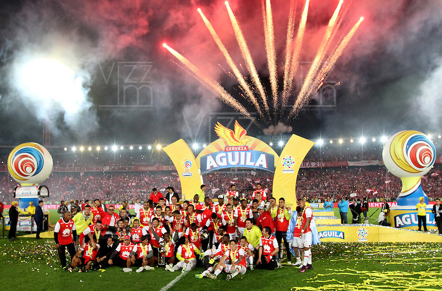 BOGOTA -COLOMBIA, 18-122016.Jugadores del Independiente Santa Fe levantan la copa de campeones de La Liga Aguila II 2016 al vencer al Deportes Tolima durante encuentro  por la  final  de la Liga Aguila II 2016 disputado en el estadio Nemesio Camacho El Campin./ Independiente Santa Fe  players lift the championship cup of La Liga Aguila II 2016 by beating Deportes Tolima  during a match for the final of the Aguila II 2016 League played at Nemesio Camacho stadium El Campin lift . Photo:VizzorImage / Felipe Caicedo  / Staff