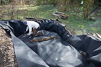 Anlage eines Sanddariums im Garten, Schritt 2: in die fertige Grube und den Umrandungsgraben wird ein Vlies, Unkrautvlies gelegt. Sandarium, Sand, Sandfläche, Sandhaufen im Garten, Naturgarten, Nisthilfe für Wildbienen und solitäre Wespen, Lebensraum für Eidechsen, Eidechse. Soll verschiedenen Insekten als Unterschlupf, Nistplatz, und Nahrungsquelle dienen. Mehr als die Hälfte der Wildbienenarten, welche Nester bauen, nisten im Erdboden. Wildbienen-Nisthilfen, Wildbienen-Nisthilfe selbermachen, selber machen, Wildbienenhotel, Insektenhotel, Wildbienen-Hotel, Insekten-Hotel