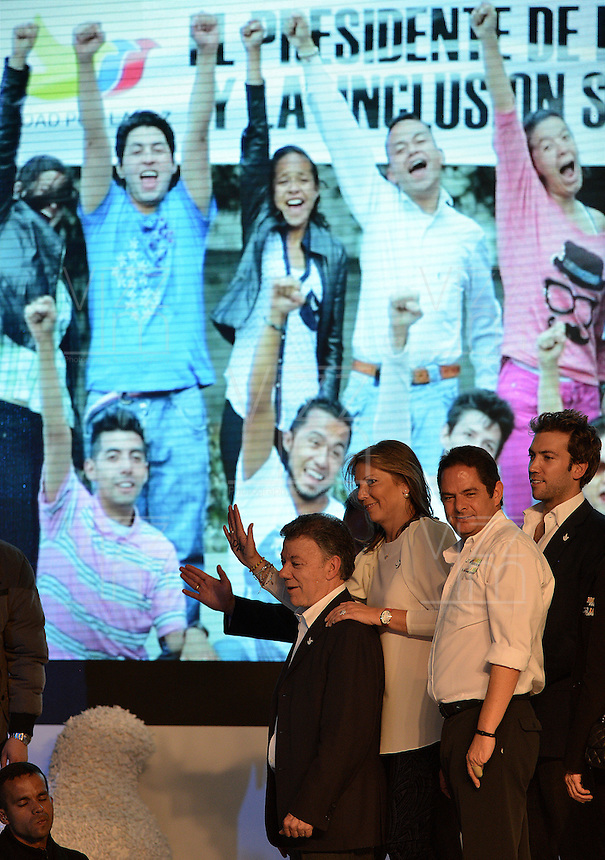 BOGOTÁ -COLOMBIA. 15-06-2014. Juan Manuel Santos (Izq) candidato por el partido de La Unidad Nacional acompañado de su familia y su fórmula vicepresidencial Germàn Vargas Lleras (segundo Der-Izq) tras terminar su discurso como presidente electo en las eleccciones presidenciales para el período constitucional 2014-18 en Colombia a Oscar Ivan Zuluaga del partido Centro Democratico. La segunda vuelta de la elección de Presidente y vicepresidente de Colombia se cumplió hoy 15 de junio de 2014 en todo el país./ Juan Manuel Santos candidate by National Unity party acompanied with his family and his runmate German Vargas Lleras (second from R) after finishing his speech as president elected in the Presidential elections for the constitutional period 2014-15 in Colombia to Oscar Ivan Zuluaga by Democratic Center party. The second round of the election of President and vice President of Colombia that took place today June 15, 2014 across the country. Photo: VizzorImage/ Gabriel Aponte / Staff