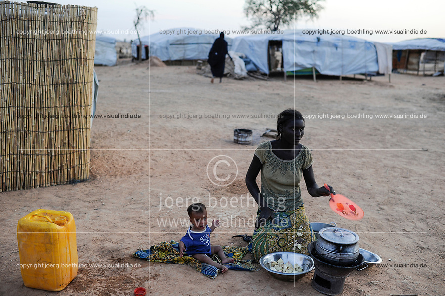 BURKINA FASO Djibo, malian refugees, mostly Touaregs, in refugee camp Mentao of UNHCR, they fled due to war and islamist terror in Northern Mali, black african housemaid of Tuareg family BURKINA FASO Djibo , malische Fluechtlinge, vorwiegend Tuaregs, im Fluechtlingslager Mentao, sie sind vor dem Krieg und islamistischem Terror aus ihrer Heimat in Nordmali geflohen, schwarzafrikanisches Hausmaedchen und Kindermaedchen einer Tuareg Familie