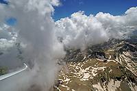 Blick aus einem Cockpit eines Segelflugzeugs entlang einer Konvergenzlinie in den Pyrenäen: EUROPA, SPANIEN,  (EUROPE, SPANIEN), 27.06.2018: Blick aus einem Cockpit eines Segelflugzeugs entlang einer Konvergenzlinie in den Pyrenäen