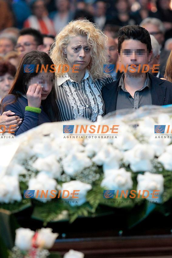 La figlia Cristiana con i nipotini<br /> Roma 30/05/2013 Funerali di Little Tony alla chiesa del Divino Amore alla periferia di Roma.<br /> Migliaia di persone sono accorse a dare l'ultimo saluto al cantante.<br /> Photo Samantha Zucchi Insidefoto