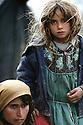 Irak 1991.Une femme et sa fille, fuyant l'armée irakienne, arrivent épuisées à la frontière Irak-Turquie.Iraq 1991.A woman and her daughter fleeing from Iraqi army, at the border of Iraq-Turkey