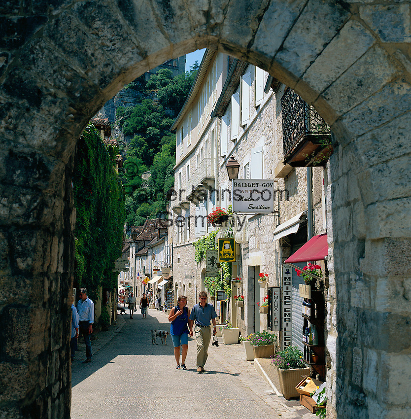 France, Midi-Pyrenees, Departement Lot, Rocamadour: Village at Alzou Valley and at Causses du Quercy Nature Park, street scene through brick arch | Frankreich, Midi-Pyrénées, Département Lot, Rocamadour: der Ort liegt an einer Steilklippe im Alzou-Tal und im Regionalen Naturpark Causses du Quercy, Gasse und Torbogen