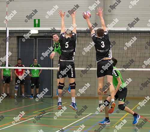 2016-11-12 / Volleybal/ seizoen 2016-2017 / Mendo - Pervol Ruiselede / Christophe Witvrouwen (10. Mendo) test het blok van Jelle Decoene en Maarten Vaneenooghe ,Foto: Mpics.be