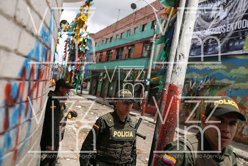 """BOGOTA - COLOMBIA, 31-05-2016: La calle """"El Bronx"""" una de las zonas más peligrosas de la ciudad de Bogotá, Colombia, luce así hoy, 01 junio de 2016, después del desalojo que comenzó el pasado sábado, 28 de mayo de 2016, en un operativo conjunto entre  policía y unidades de investigación del CTI. / The street """"The Bronx"""" one of the most dangerous areas of the city of Bogotá, Colombia, looks like today, June 1, 2016, after the eviction that began last Saturday, May 28, 2016, in a joint operation between police and research units CTI . Photo: VizzorImage/ Ivan Valencia /Cont"""