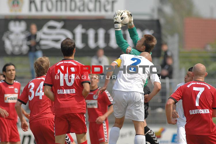 3. FBL 2008/2009 34. Spieltag RŁckrunde BSV Kickers Emden vs. Wacker Burghausen, Burghausen Torwart Manuel Riemann vor Rudi Zedi (Emden #2) am Ball , Foto © nph (nordphoto)
