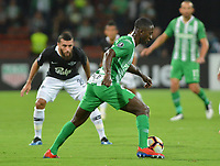 MEDELLÍN - COLOMBIA ,28-02-2019:Deiver Machado (Der.) jugador del Atlético Nacional de Colombia  disputa el balón contra *20lp*(Izq.) jugador del Libertad de Paraguay durante partido por la Copa Conmebol Libertadores 2019 ,  tercera fase , llave 3,jugado en el estadio Atanasio Girardot de la ciudad de Medellín. / Deiver Machado (R) Player of Atlético Nacional of Colombia disputes the ball against *20lp* (Izq.) player of Libertad of Paraguay during match for the Copa Conmebol Libertadores 2019, third phase, key 3, played at the Atanasio Girardot stadium in the city of Medellin. Photo: VizzorImage / León Monsalve / Contribuidor.