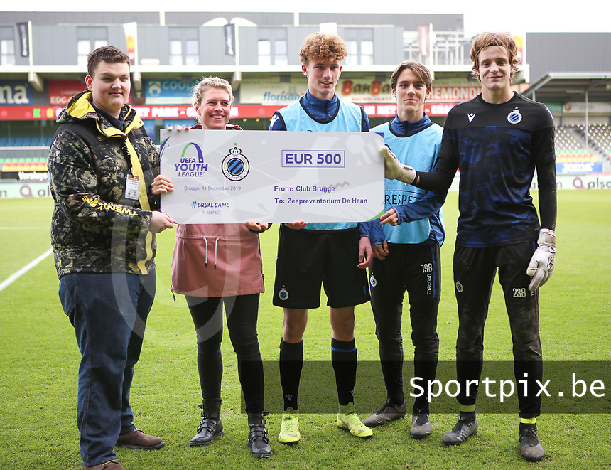 20191211- Ostend: Brugge (left to right) Jules Van Bost, Lynnt Audoor and goal keeper Sef Van Damme players  are pictured with a cheque to Zeepreventorium De Haan at the start of the UEFA Youth League Group A football match between Club Brugge and Real Madrid on Wednesday 11th December 2019 at Versluys Arena, Ostend, Belgium. PHOTO: SEVIL OKTEM   Sportpix.be
