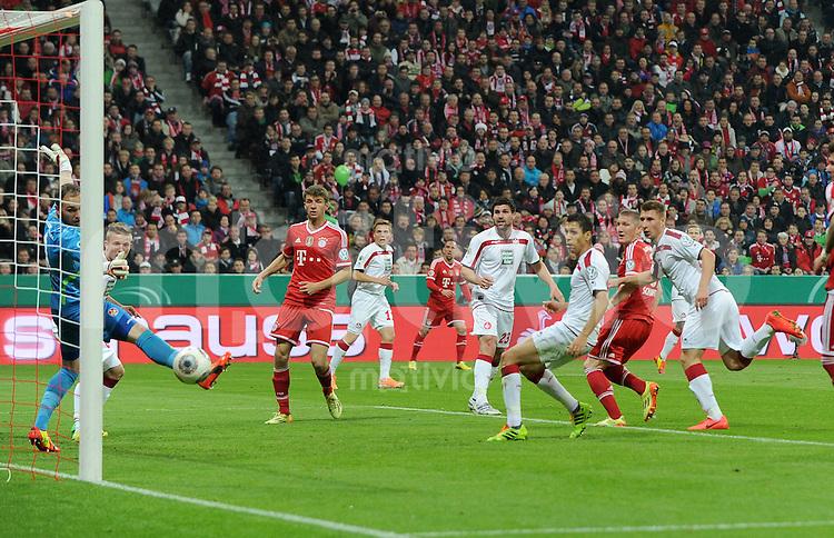 Fussball DFB Pokal Halbfinale 2013/2014    FC Bayern Muenchen - 1. FC Kaiserslautern      16.04.2014 Bastian Schweinsteiger (re, FC Bayern Muenchen) erzielt das Tor zum 1:0. Thomas Mueller (li, FC Bayern Muenchen) braucht nicht mehr nachsetzen.