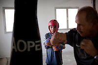 "Nasr Eddin, one of 2 coaches of the club, sketchs a hook in front of Ahmed, concentrated to the advice of the former boxer. The 10-year-old young boy wants to become an astronaut. "" I should continue boxing in stars! "", he hopes."
