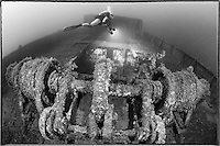 Neu entdecktes unerforschtes Schiffswrack und Taucher, Hafenschlepper, Wrack,  Schwarzweiss Aufnahme, New unexplored, discovered Shipwreck and scuba diver, black and white, Tug Boat, Malta