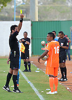 MONTERIA - COLOMBIA - 15-03-2015: Jorge Duarte arbitro muestra la tarjeta amarilla a Cristian Arrieta (Der.) jugador de Envigado FC, durante partido entre Jaguares FC y Envigado FC por la fecha 10 de la Liga Aguila I 2015, jugado en el estadio Municipal de Monteria. / Jorge Duarte referee swows the yellow card to Cristian Arrieta (R) player of Envigado FC, during a match between Jaguares FC and Envigado FC for the  date 10 of the Liga Aguila I-2015 at the Municipal de Monteria Stadium in Monteria city, Photo: VizzorImage / Jose Perdomo / Cont.