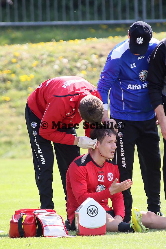 Stefano Celozzi (Eintracht) hat nach einem Zweikampf mit Alexander Madlung eine Platzwunde am Ohr und muss behandelt werden, Trainer Armin Veh sorgt sich - Eintracht Frankfurt Training, Commerzbank Arena