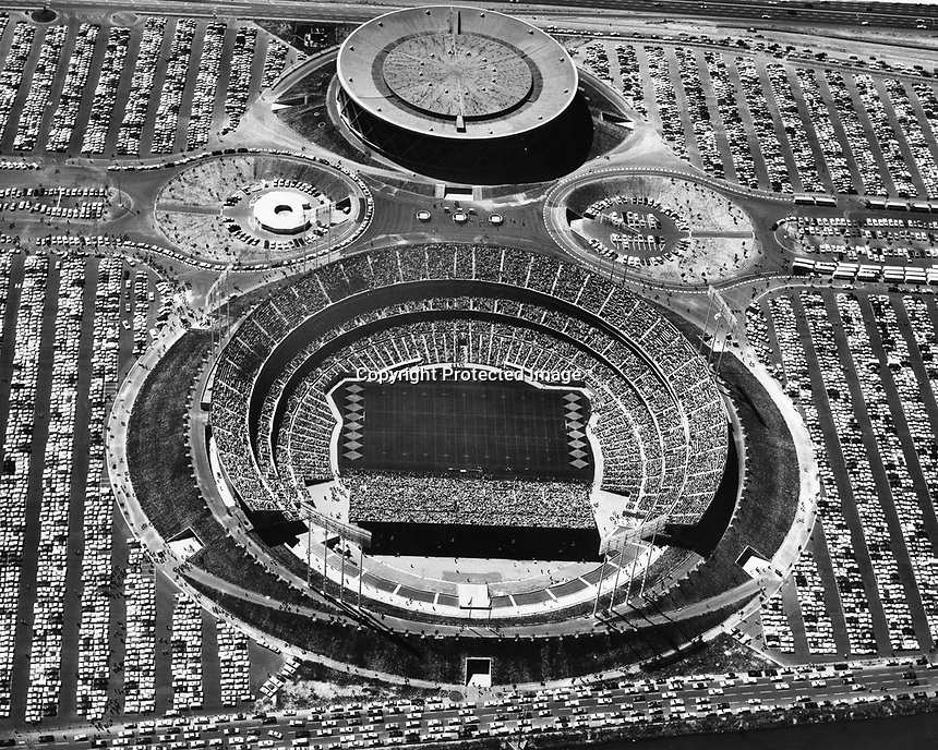 Oakland-Alameda County Coliseum Complex, Oakland Raider sellout. (photo/Ron Riesterer)