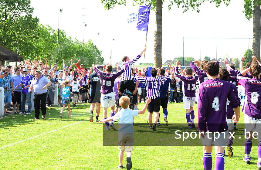 Sparta Heestert Kampioen : de spelers gaan hun supporters groeten.foto VDB / BART VANDENBROUCKE