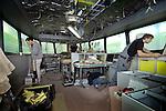 MAASSLUIS - In Maassluis werkt scheepswerf De Haas aan de eerste serie van tien patrouillevaartuigen voor Rijkswaterstaat. De schepen worden in het gebruikelijk geel afgeleverd, en zijn de eerste vaartuigen die de bestreping van de nieuwe huisstijl van het rijk krijgen. De schepen krijgen ter vervanging van de conventionele bronzen schroeven, voortstuwingsschroeven van kunststof. Deze asloze boegschroeven hebben geen smeerolie meer nodig, zodat de kans op olieverontreiniging in het water gering is, en de motoren zijn zuiniger en milieuvriendelijker.