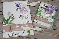 Fertige Herbarbogen, Herbarbögen werden in einer Sammelmappe gesammelt und aufbewahrt, mit Bestimmungsbuch, Pflanzenführer. Botanik, Botanisieren, botany, Herbar, herbaria, Herbarien, herbarisieren, herbier, Pflanzenbestimmung, Pflanzenherbar