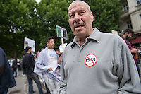 """Ca. 1000 Menschen protestierten am Samstag den 11. Juli 2015 in Berlin mit einer Demonstration anlaesslich des anti-israelischen Al Quds-Tag. Sie riefen Parolen wie """"Kindermoerder Israel"""" und """"Israel raus aus Palaestina"""".<br /> Am sogenannten Al Quds-Tag protestieren weltweit Muslime gegen die Besetzung der palaestinensischen Gebiete durch Israel.<br /> Etwa 2050 bis 300 Menschen protestierten gegen die Demonstration.<br /> Im Bild: Ein DEmonstrationsteilnehmer mit einem Aufkleber gegen die Terrororganisation Islamischer Staat, IS.<br /> 11.7.2015, Berlin<br /> Copyright: Christian-Ditsch.de<br /> [Inhaltsveraendernde Manipulation des Fotos nur nach ausdruecklicher Genehmigung des Fotografen. Vereinbarungen ueber Abtretung von Persoenlichkeitsrechten/Model Release der abgebildeten Person/Personen liegen nicht vor. NO MODEL RELEASE! Nur fuer Redaktionelle Zwecke. Don't publish without copyright Christian-Ditsch.de, Veroeffentlichung nur mit Fotografennennung, sowie gegen Honorar, MwSt. und Beleg. Konto: I N G - D i B a, IBAN DE58500105175400192269, BIC INGDDEFFXXX, Kontakt: post@christian-ditsch.de<br /> Bei der Bearbeitung der Dateiinformationen darf die Urheberkennzeichnung in den EXIF- und  IPTC-Daten nicht entfernt werden, diese sind in digitalen Medien nach §95c UrhG rechtlich geschuetzt. Der Urhebervermerk wird gemaess §13 UrhG verlangt.]"""