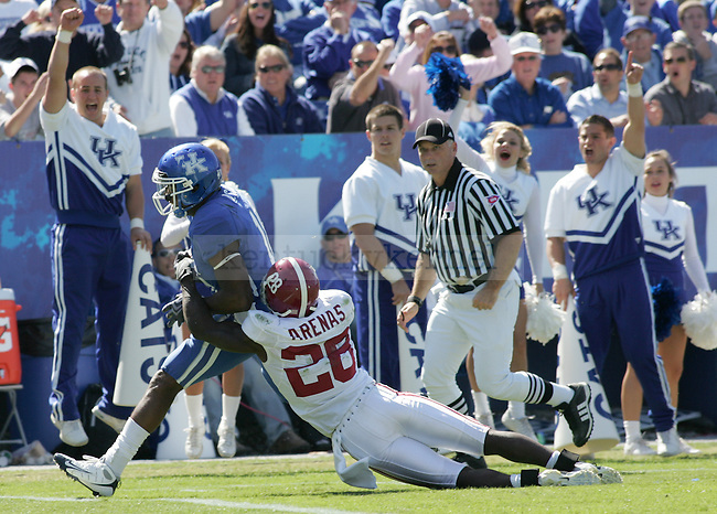 Wide receiver Randall Cobb makes a touchdown against Alabama in the 3rd quarter. UK lost to Alabama 38-20 at Commonwealth Stadium on Oct. 3, 2009. Photo by Adam Wolffbrandt \ Staff