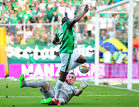 CALI -COLOMBIA-29-11-2015. Harold Preciado (Der) jugador del Deportivo Cali disputa el balón con Franco Armani (Izq) arquero de Atlético Nacional durante partido de ida por los cuartos de final de la Liga Águila II 2015 jugado en el estadio Palmaseca de la ciudad de Palmira./ Harold Preciado (R) player of Deportivo Cali vies for the ball with Franco Armani (L) goalkeeper of Atletico Nacional during first leg match for the quarterfinals of the Aguila League II 2015 played at Palmaseca stadium in Palmira city.  Photo: VizzorImage/