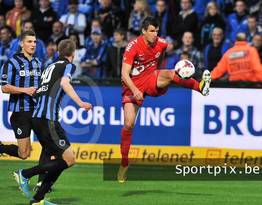 KV Kortrijk - Club Brugge KV : Ivan Santini plukt de bal uit de lucht<br /> foto VDB / Bart Vandenbroucke