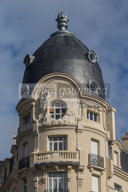 """France, Morbihan (56), Vannes: Immeuble """"Au Progrès de 1912 """" à l'angle des rues Billault et Burgaud  - Style haussmannien //France, Morbihan (56) Vannes: Building """"Au Progrès de 1912 """" at the corner of Billault and Burgaud - Haussmann Style"""