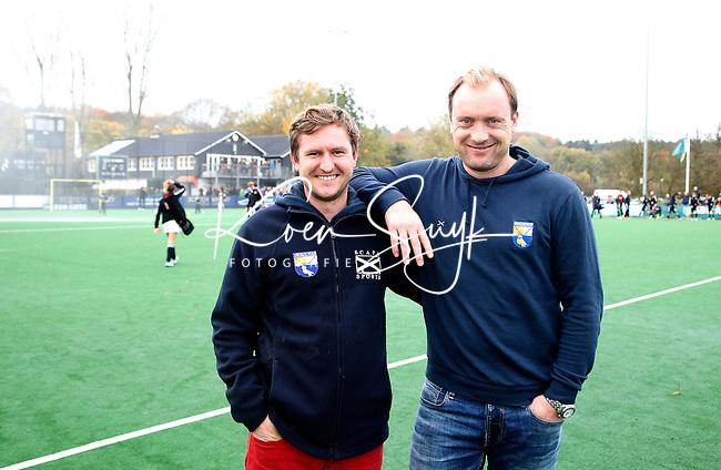 BLOEMENDAAL - Bloemendaal-Amsterdam (2-1) .  Bl'daal  coach Laurence Docherty (rl) met assistent Remco van Wijk.    COPYRIGHT  KOEN SUYK