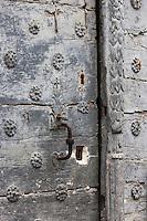 Europe, France, Aquitaine, Pyrénées-Atlantiques, Béarn, Sarrance: Détail vieille porte // Europe, France, Aquitaine, Pyrenees Atlantiques, Bearn, Sarrance: Detail old door