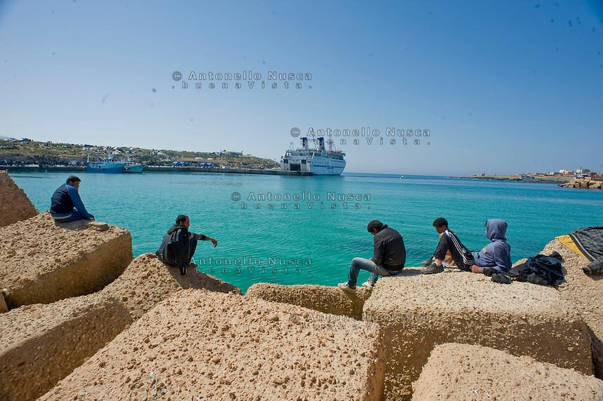 Immigrati Tunisini in attesa di essere trasferiti in centri di accoglienza dopo essere sbarcati nell'isola di Lampedusa