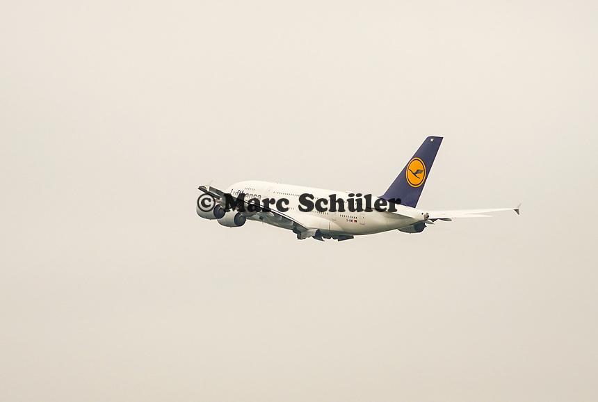 A380 der Lufthansa startet am Frankfurter Flughafen - Frankfurt 23.10.2019: Schüler machen Zeitung bei Singapore Airlines