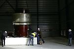Foto: VidiPhoto..ARNHEM - Bij KEMA in Arnhem is woensdag een 40 ton zware trafo van 9 meter hoog geplaatst in het gloednieuwe hoogspanningslaboratorium. De transformator levert 1 miljoen volt en wordt door KEMA gebruikt voor allerlei experimenten op het gebied van stroom. KEMA bezit het grootste commercieel opererende hoogspanningslab ter wereld.